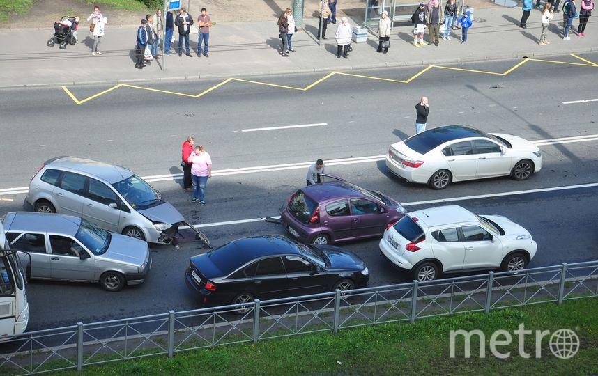 На проспекте Ветеранов столкнулись маршрутка и пять авто.