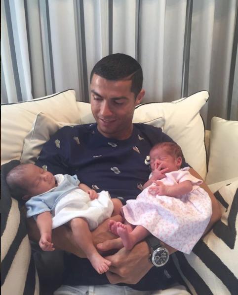 Криштиану Роналду продемонстрировал семейную идиллию сдетьми ибеременной приятельницей