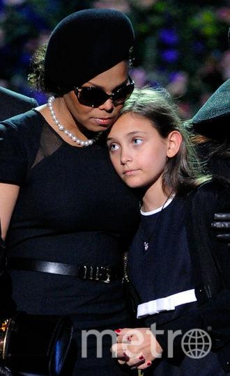 Сестра Майкла и его дочь Пэрис на церемонии прощания. Фото Getty