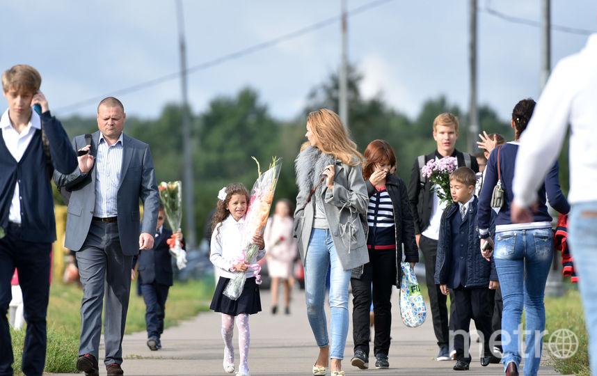 Дети идут с букетами на праздник 1 сентября. Фото Василий Кузьмичёнок