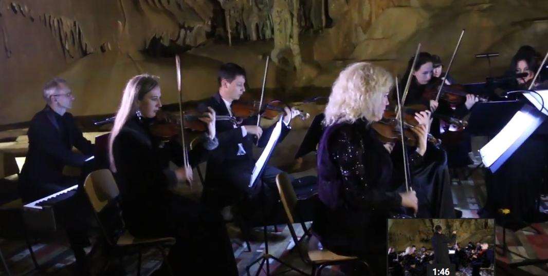 Музыканты со всего мира сыграли классику в Мраморной пещере в Крыму. Фото Все - скриншот YouTube