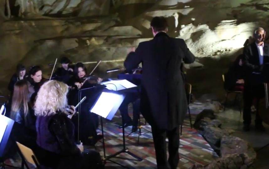 Музыканты со всего мира сыграли классику в Мраморной пещере в Крыму.