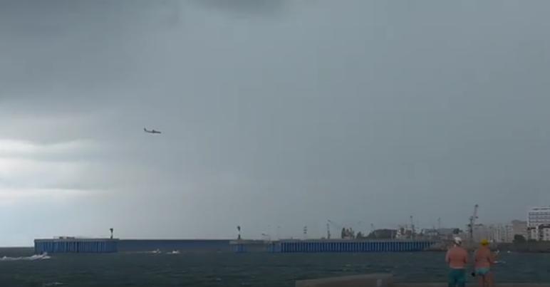 Самолет пошел на посадку между смерчей в Адлере: Видео. Фото Скриншот, vk.com
