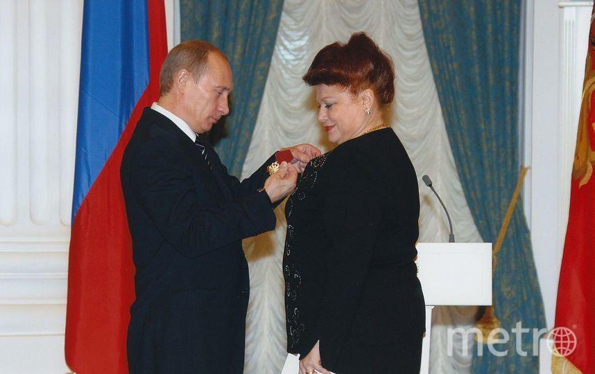 Президент РФ Владимир Путин вручает Людмиле Рюминой орден «За заслуги перед Отечеством» IV степени. Фото https://ru.wikipedia.org