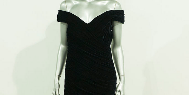 Открытое чёрное платье.