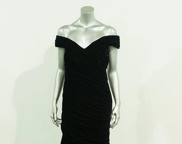 Открытое чёрное платье. Фото Getty
