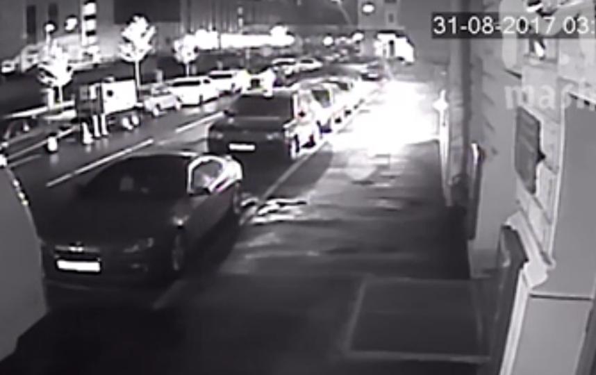Неизвестные бросают в здание  бутылки со смесью. Фото скриншот видео.