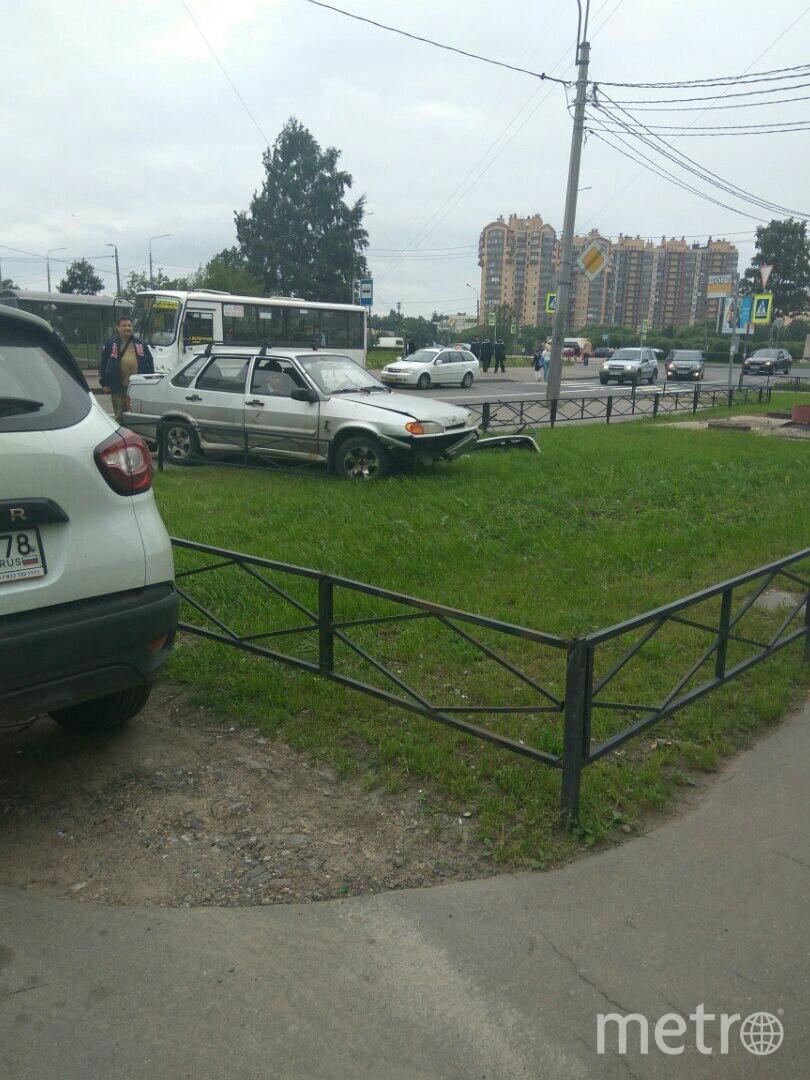 Автомобиль ВАЗ 2115 в Петербурге вылетел с проезжей части на тротуар. Фото vk.com