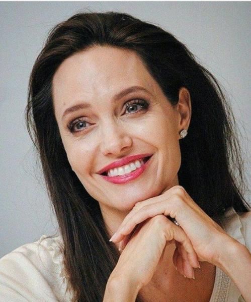 instagram.com/angelinalovejolie/.
