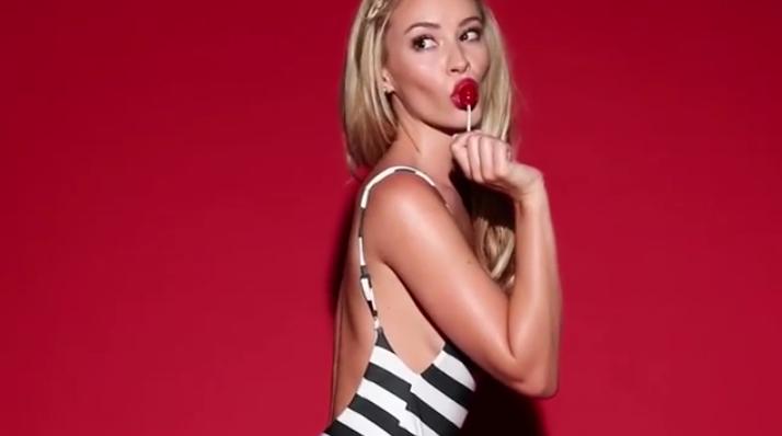 Сосущая леденец модель взорвала Instagram горячим видео. Фото Скриншот/Instagram: chrisapplebaum