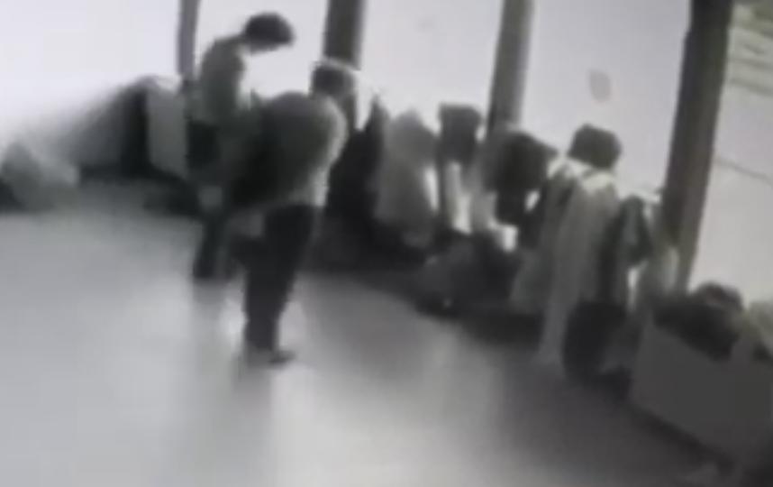 """""""Бабки-воровки"""" шарят по карманам детей. Фото Скриншот Youtube"""