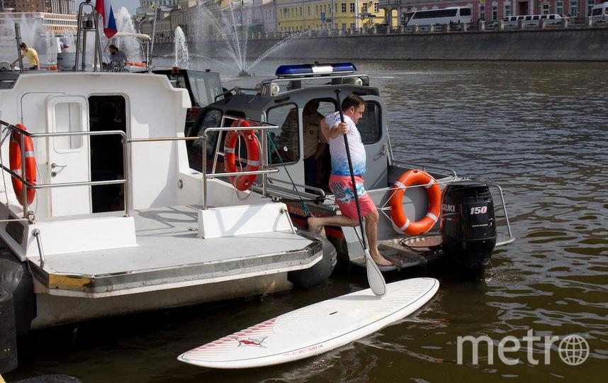 """Вставать на доску с высокой пристани было не очень удобно и участники регаты приспособились """"парковаться"""" у катеров. Фото Василий Кузьмичёнок, """"Metro"""""""