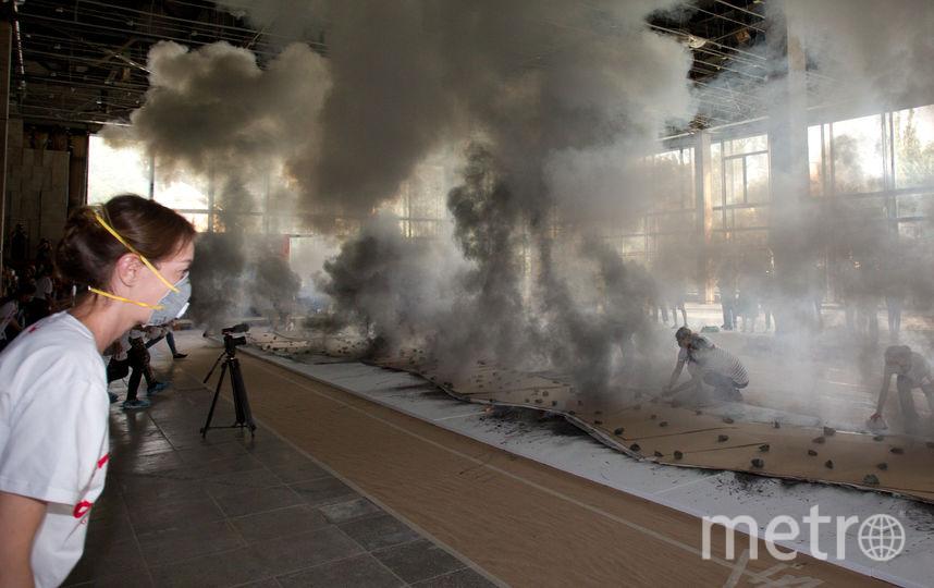 """Весь порох с шумом сгорел всего за несколько секунд. Разлетевшиеся искры тушили волонтёры. Фото Василий Кузьмичёнок, """"Metro"""""""