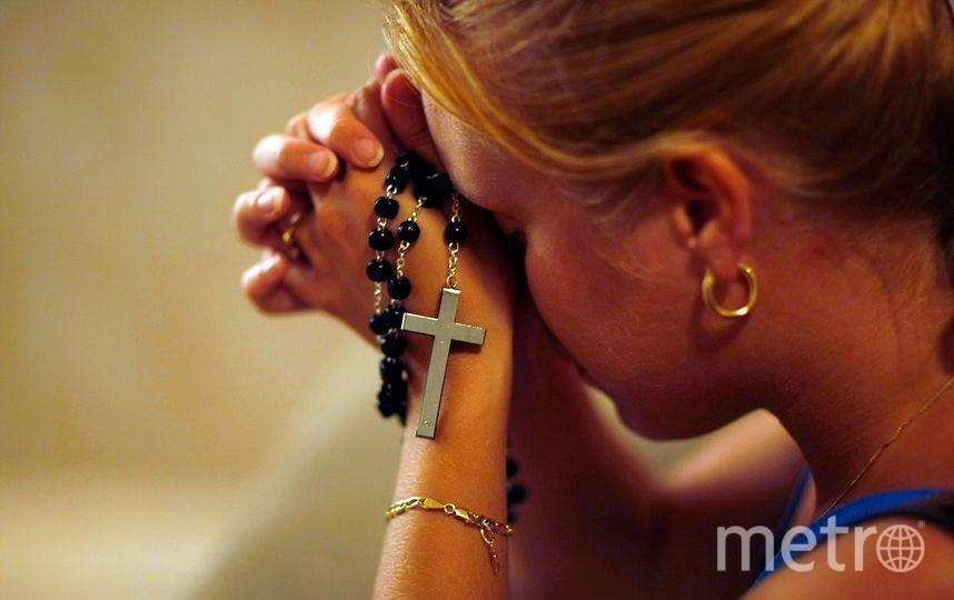 Девушка молится в церкви. Фото Getty
