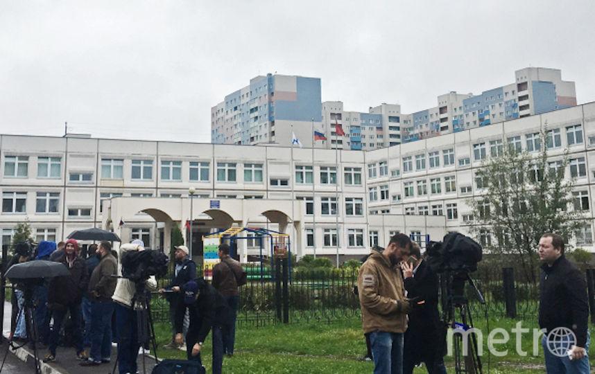 Журналисты у школы в Ивантеевке, где произошли события. Фото РИА Новости