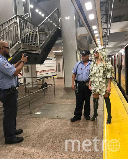 Виктория Сиполитакис раздаёт деньги пассажирам нью-йоркского метро. Фото Instagram @victoriajesusxipolitakis