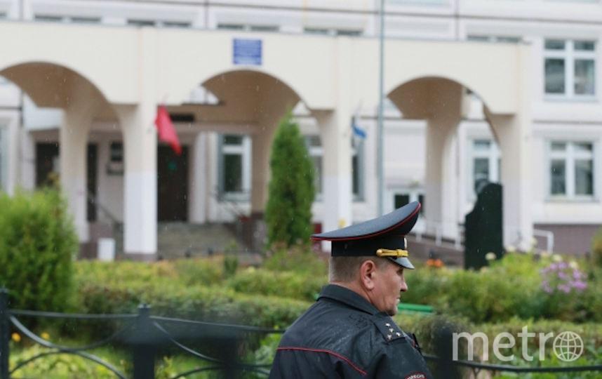 Сотрудник правоохранительных органов у школы в Ивантеевке. Фото РИА Новости