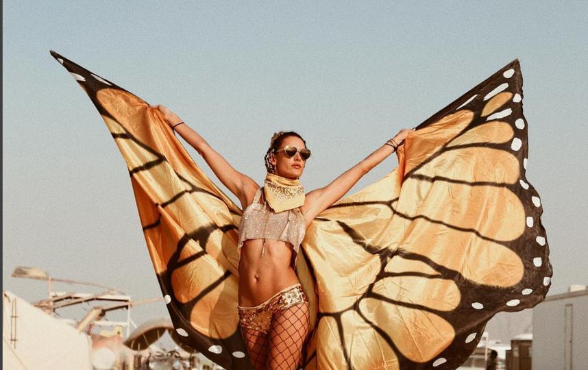 """Burning Man 2017: самые откровенные наряды """"горячего"""" фестиваля. Фото Скриншот instagram.com/alessandraambrosio/"""