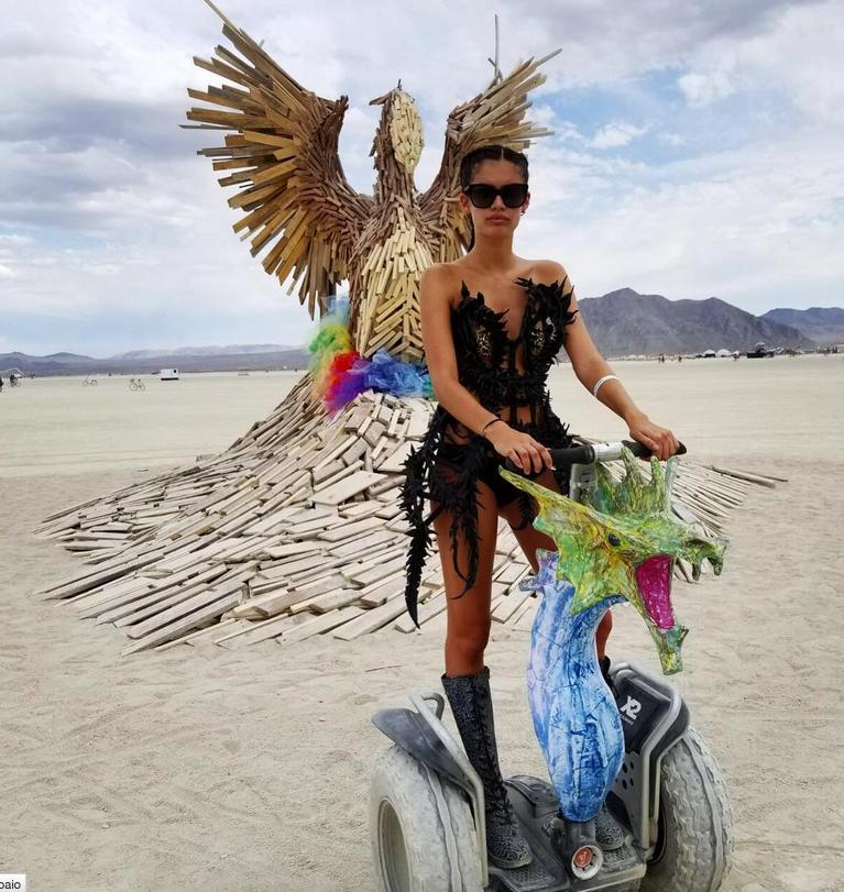 """Burning Man 2017: самые откровенные наряды """"горячего"""" фестиваля. Фото Скриншот Instagram.com/sarasampaio/"""