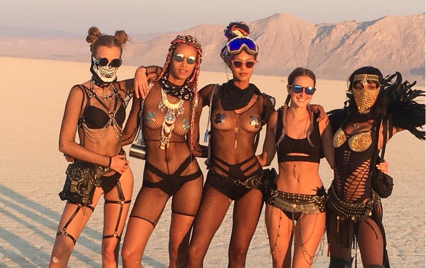 """Burning Man 2017: самые откровенные наряды """"горячего"""" фестиваля."""