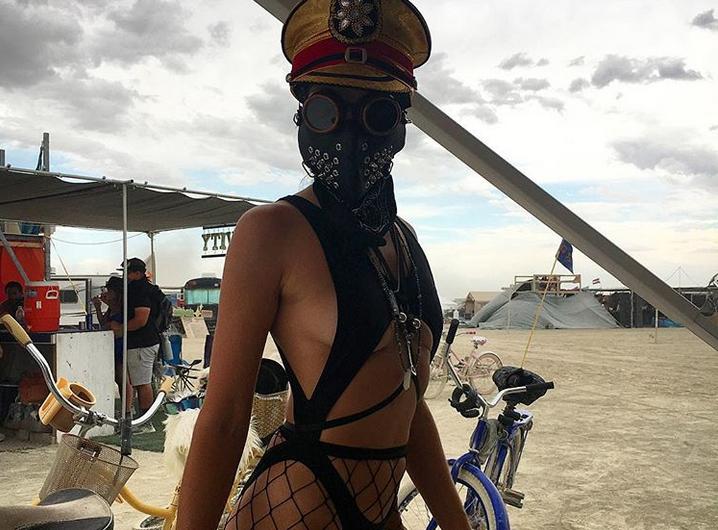 """Burning Man 2017: самые откровенные наряды """"горячего"""" фестиваля. Фото Скриншот www.instagram.com/bklyn3/"""