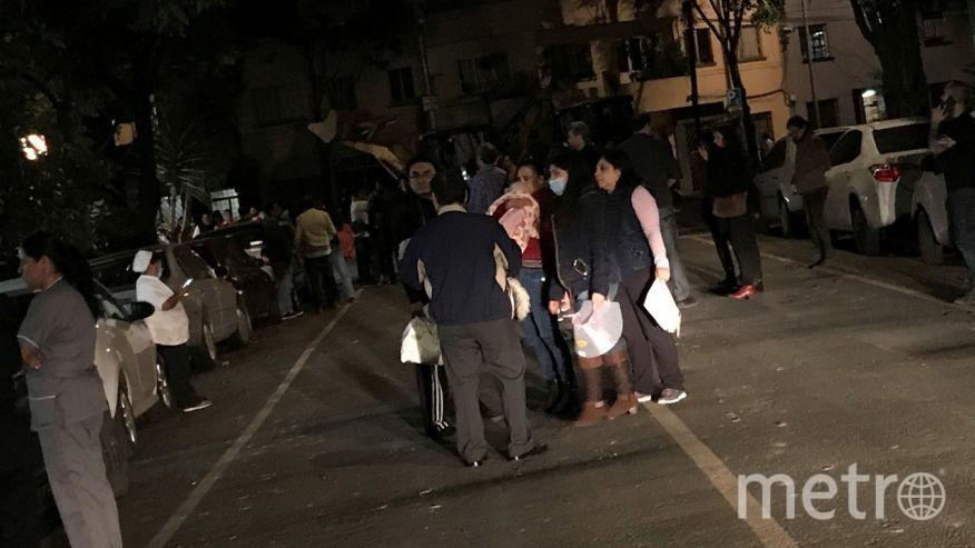 Мощное землетрясение в Мексике. Люди вышли на улицы, боясь оставаться дома.