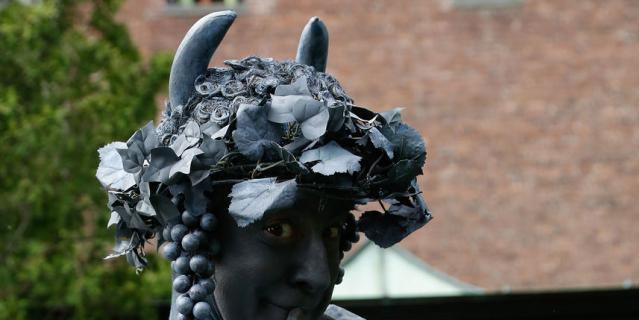 Ожившие статуи – это уличные артисты.
