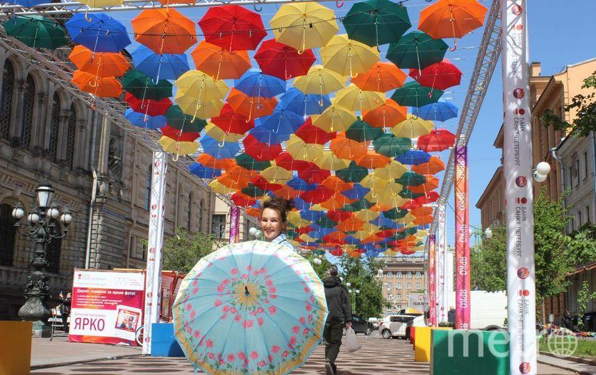 Аллея парящих зонтиков играет своими яркими красками(Санкт-Петербург). Фото Светлана Грекова.
