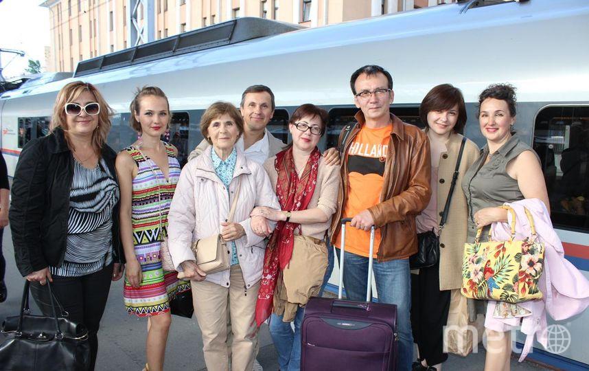 Я с дочерью и супругом на перроне Московского вокзала провожаем наших родных из Москвы, встретились в уютном кафе, поговорили, обсудили житейские вопросы, рассказали интересные жизненные истории друг другу, посмотрели друг на друга, обменялись энергетикой дружбы, любви и уважения нашей тёте(Эмилии Никифоровне, ей 78 лет)-это так здорово, когда есть родные и близкие люди, понимающие и уважающие Тебя! Фото Светлана Грекова.