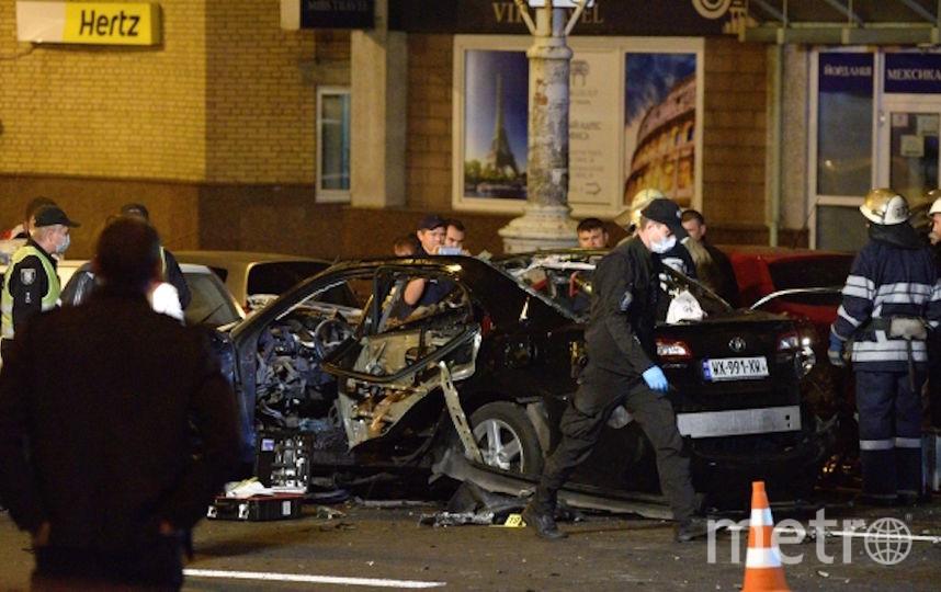 На месте взрыва автомобиля в центре Киева возле Бессарабского рынка. Погиб один человек. Фото РИА Новости