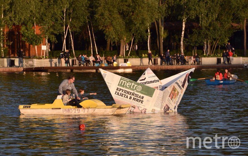 Люди плывут за корабликом Metro в Измаиловском парке. Фото Василий Кузьмичёнок