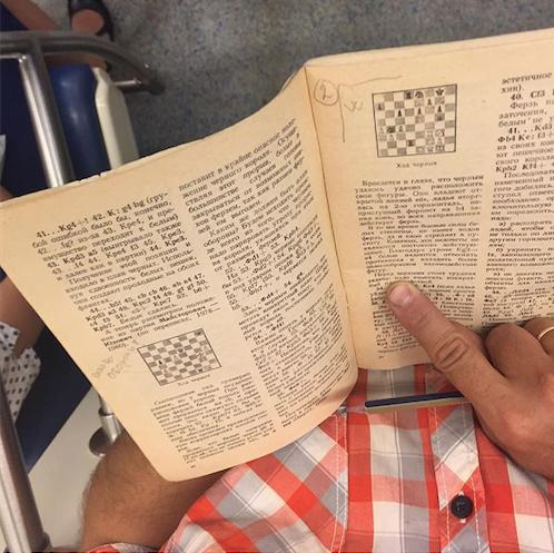Мужчина изучает шахматные комбинации. Фото Instagram @sadbeetle