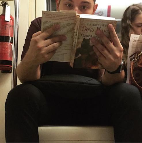 Молодой человек явно увлечён книгой «Дочь палача и дьявол из Бамберга. Фото Instagram @sadbeetle