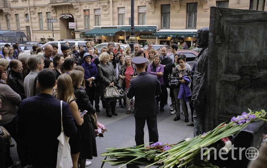 """Cержант Кузнецов последовательно разобрал всю жизнь писателя. Правда, погоны на нем - подполковника. Фото """"Metro"""""""