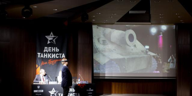"""Руководитель направления спецпроектов Wargaming Александр Бобко презентует танк """"Штурмтигр"""" в технологии дополненной реальности."""