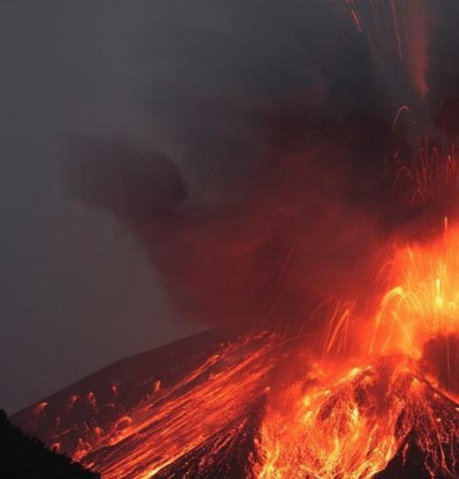 В Италии семья погибла, провалившись в кратер вулкана. Фото Getty