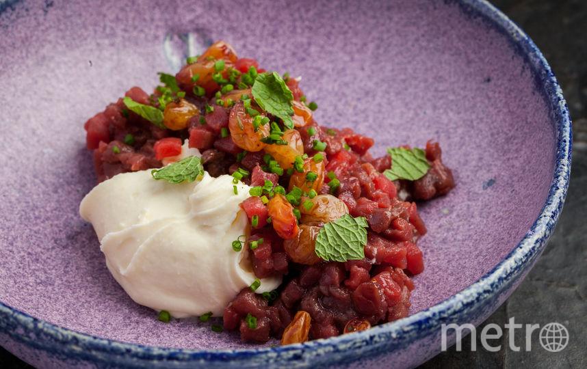 Тартар из оленины с изюмом и муссом пекорино (ресторан Тартарбар). Фото предоставлено DUOBAND