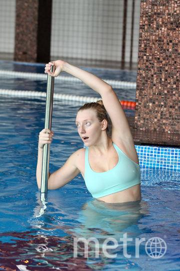 """Репортёр Metro делает на подводном пилоне упражнение на растяжку спины и плеч. Фото Василий Кузьмичёнок, """"Metro"""""""