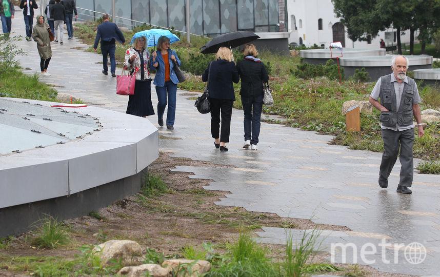 """Люди прогуливаются по парку """"Зарядье"""". Фото Василий Кузьмичёнок"""
