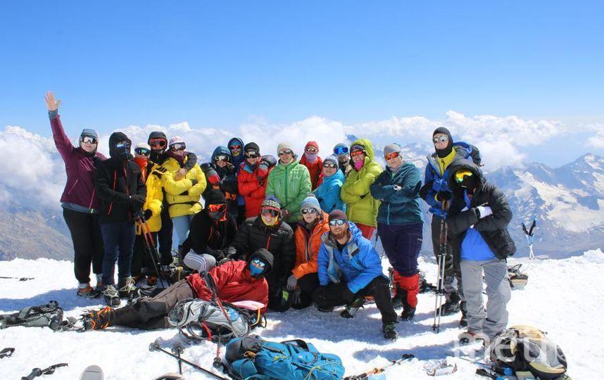 Я провела лето с замечательными людьми в горах Кавказа! Перезимовала лето на склонах Эльбруса! Это фотография со скал Пастухова – 4800м. И хоть до вершины мы не дошли, но мы увидели Эльбрус во всей его красоте. Фото Ребенко Мария