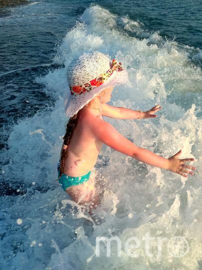 """Этим летом нам всей семьёй удалось вырваться из нашего города """"Дождей"""" :) на тёплое и солнечное побережье Черного моря. Больше всех этому событию радовалась наша доченька:) Из воды её было просто не вытащить несмотря ни на что."""