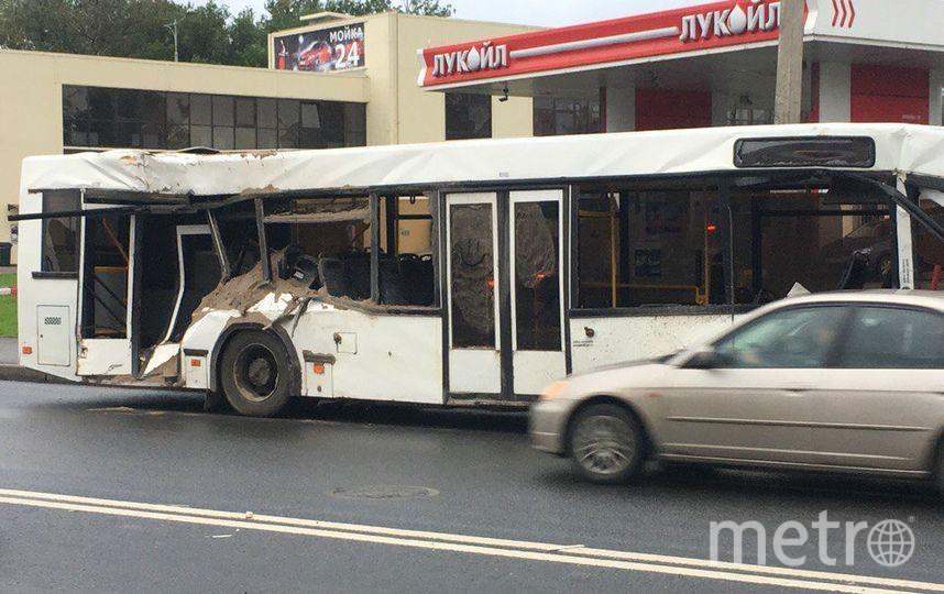 Грузовик от удара завалился на бок и засыпал песком салон автобуса. Фото vk.com