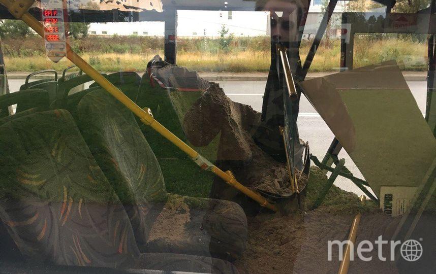 После ДТП самосвала савтобусом вПетербурге последний засыпало песком