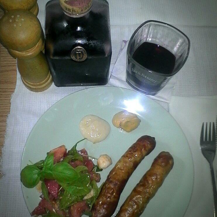 Настойка из смородины, сосиски гриль и салат с рукколой, томатами и моцареллой от @ershov3strelok. Фото Фото предоставлено автором.