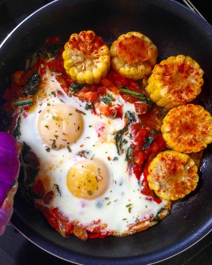 Яичница с кукурузой, чесноком, томатами и шпинатом от @alexgreen_metro. Фото Фото предоставлено автором.