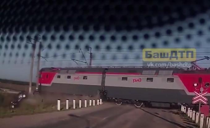 """В Уфе поезд на всей скорости """"подрезал"""" автомобиль. Фото Все - скриншот YouTube"""