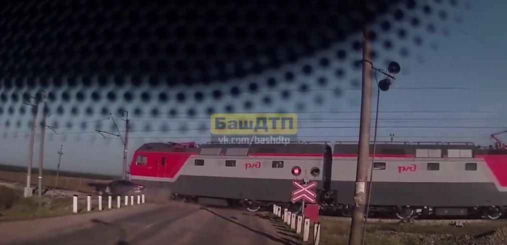 """В Уфе поезд на всей скорости """"подрезал"""" автомобиль."""