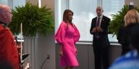 Меланья Трамп в розовом халате уборщицы насмешила пользователей