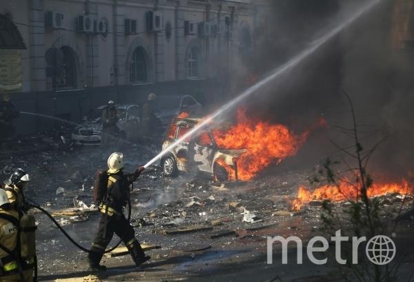 Пожарные тушат горящее десятиэтажное здание в центре Ростова-на-Дону. Фото РИА Новости