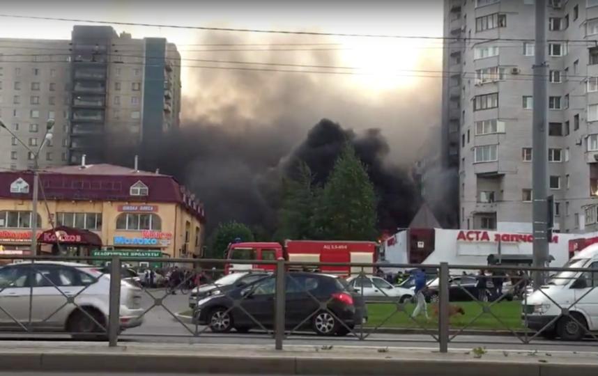 Горящую крышу фитнес-клуба наКомендантском вПетербурге потушили